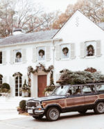Árboles de Navidad y una cabañita navideña