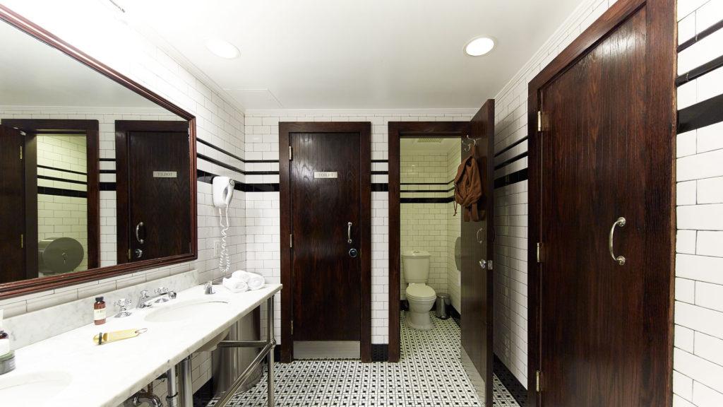 Jane Hotel baño comunal