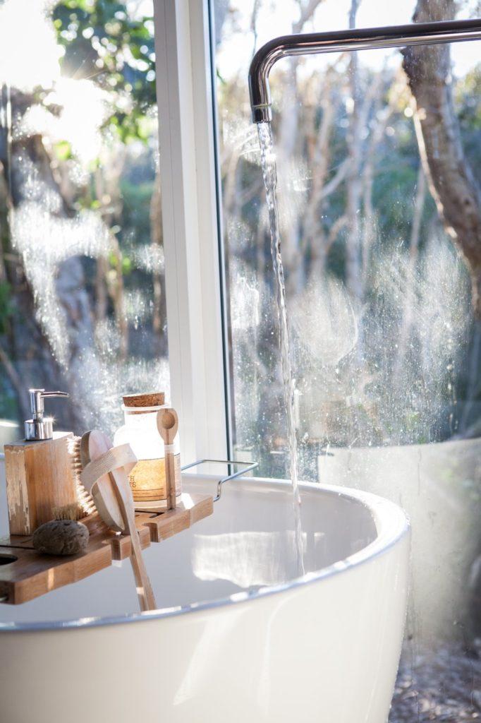 hacer limpieza en casa en la bañera
