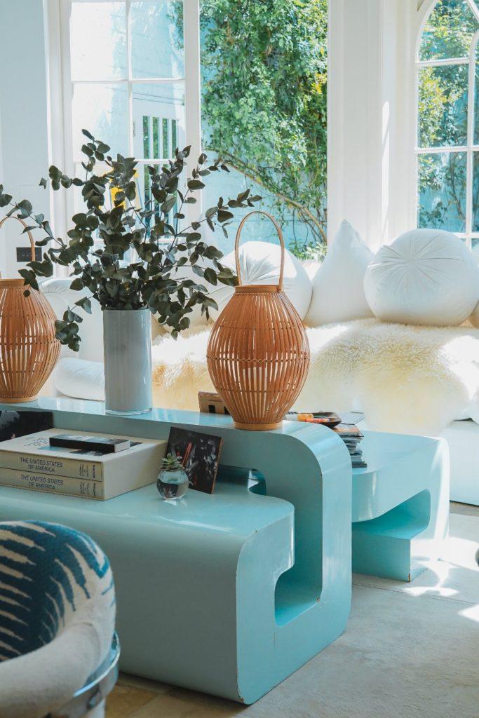 hacer limpieza en casa en la sala de estar