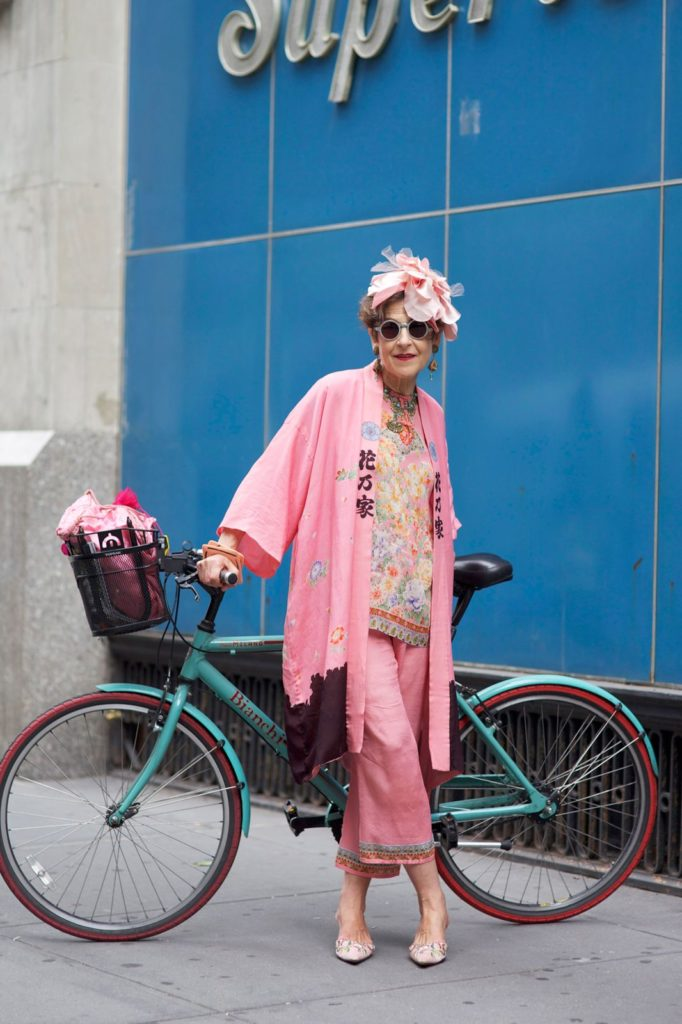 mujer con bici