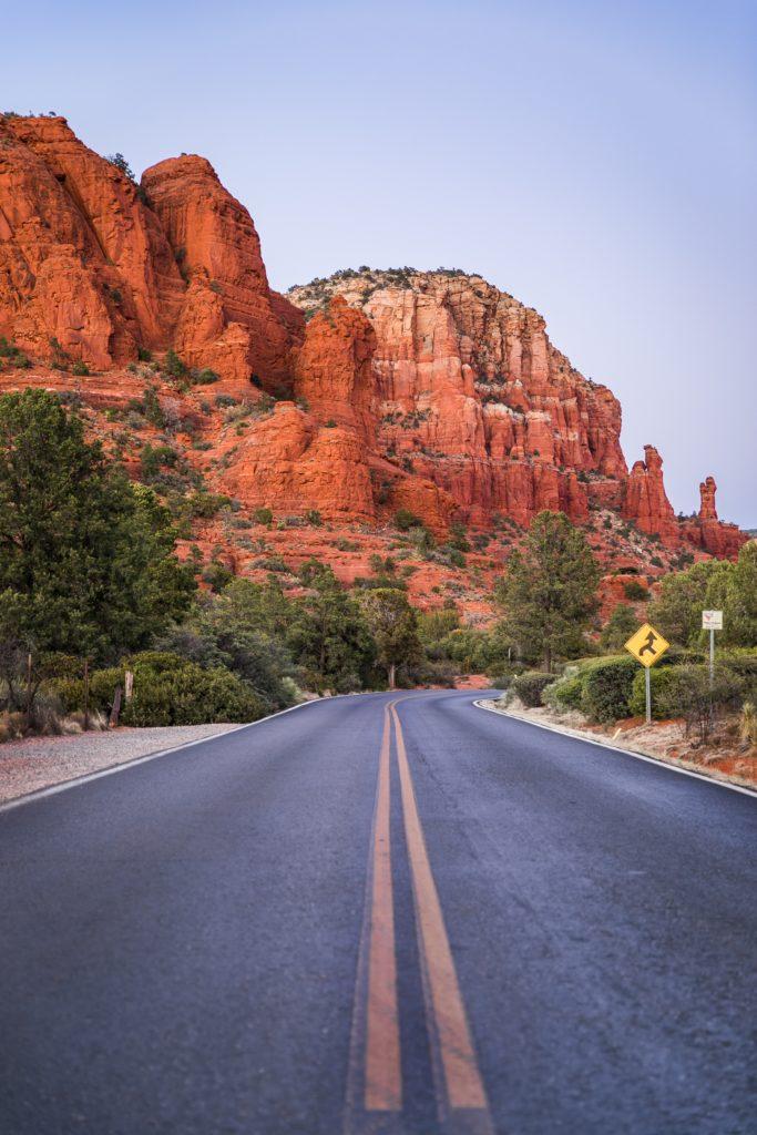 carretera y montañas