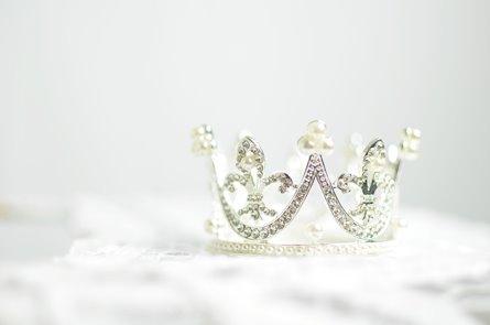 corona de diamantes y perlas