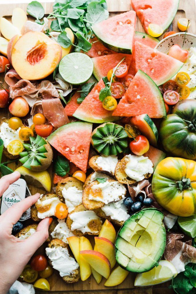 plato de fruta y verduras como en las zonas azules