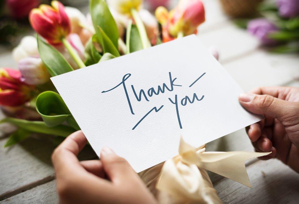 tarjeta y flores de agradecimiento
