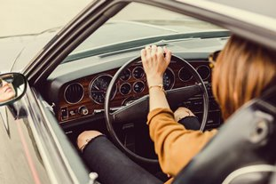 mujer al volante de coche
