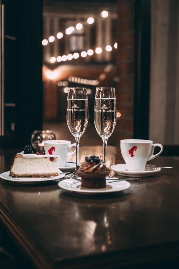 copas de champán y tarta para celebrar el cumplir años