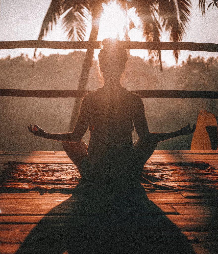 Mujer practicando yoga es parte de la fórmula de la felicidad