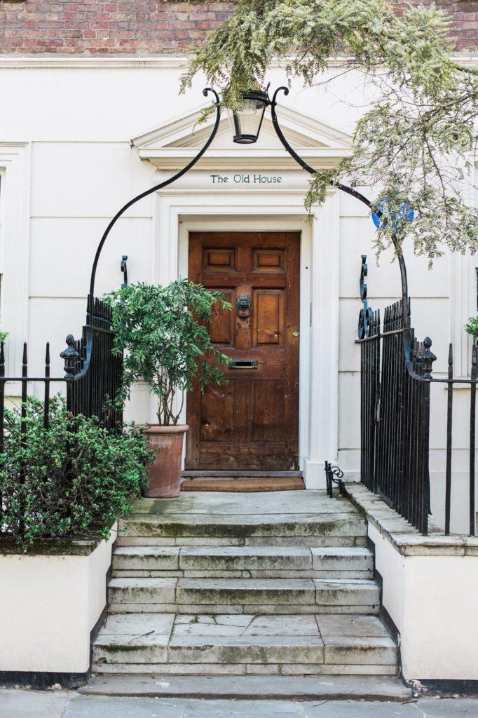 puerta de casa con nombre