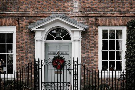 puerta de casa con corona
