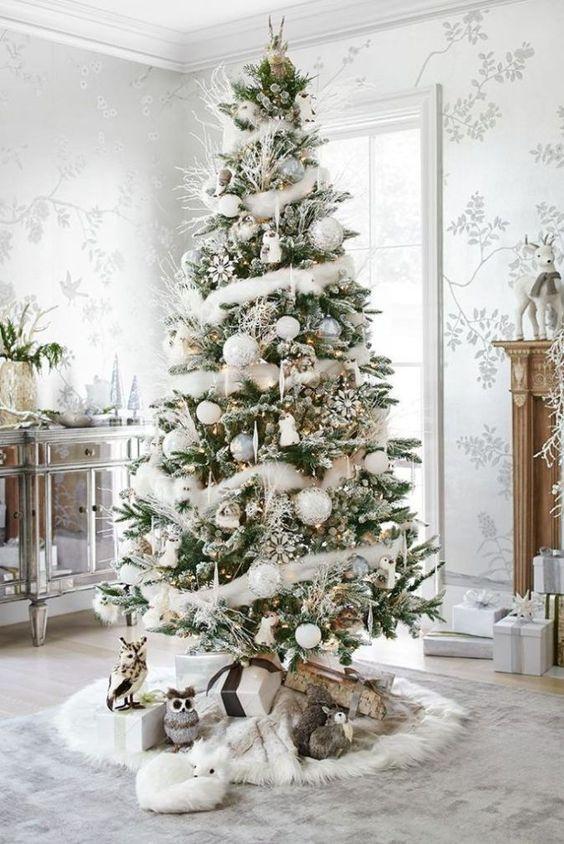 árbol de Navidad con decoración blanca