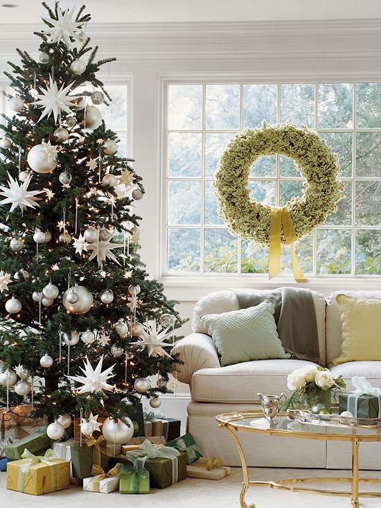 árbol de Navidad con adornos blancos