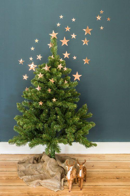 árbol de Navidad con dos figuras de reno y estrellas