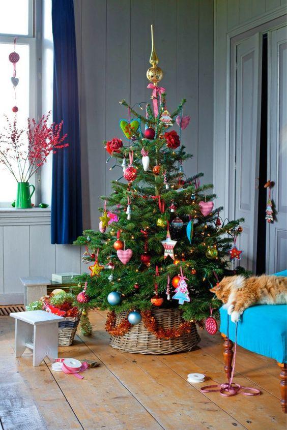 árbol de Navidad con adornos de muchos colores