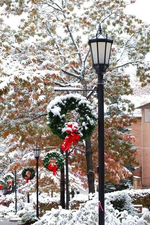 Una calle en Navidad con coronas