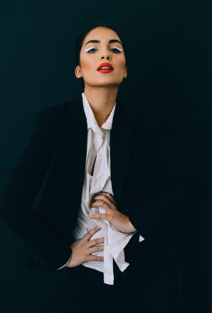 mujer con labios rojos