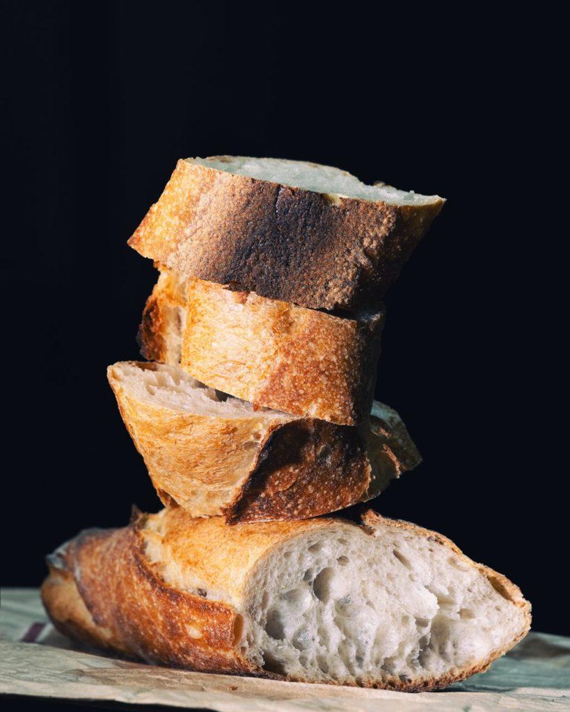barra de pan en trozos, ingrediente de la sopa de almendras