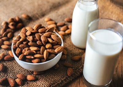 leche y almendras, ingredientes de la sopa de almendras