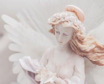 figurita de porcelana femenina con alas