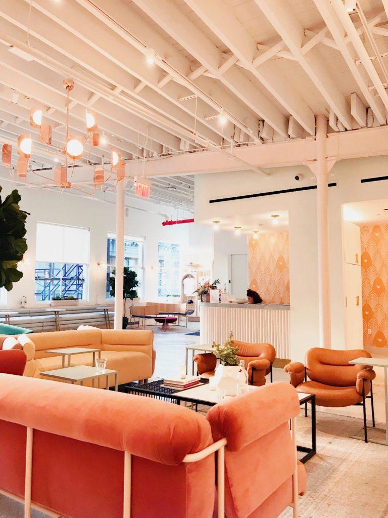 cafetría con sofás redondos una de las propuestas de decoración para 2019