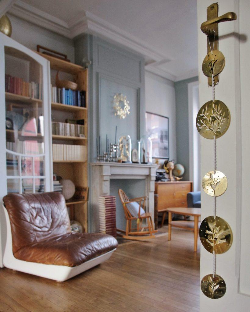 salón con adornos dorados una de las propuestas de decoración para 2019