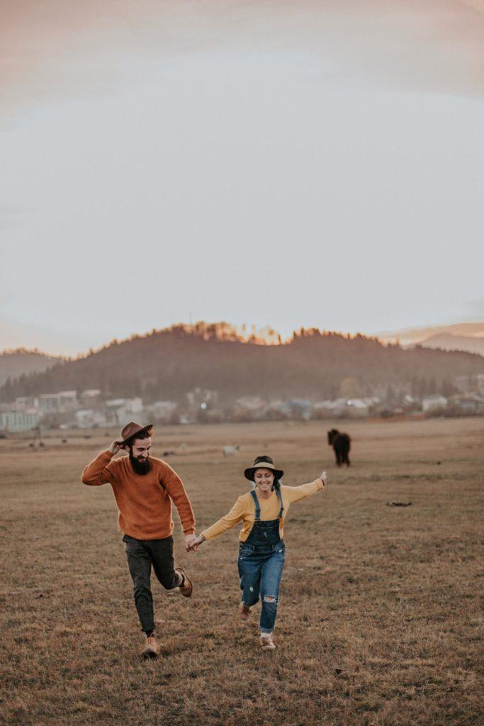 pareja en la playa corriendo
