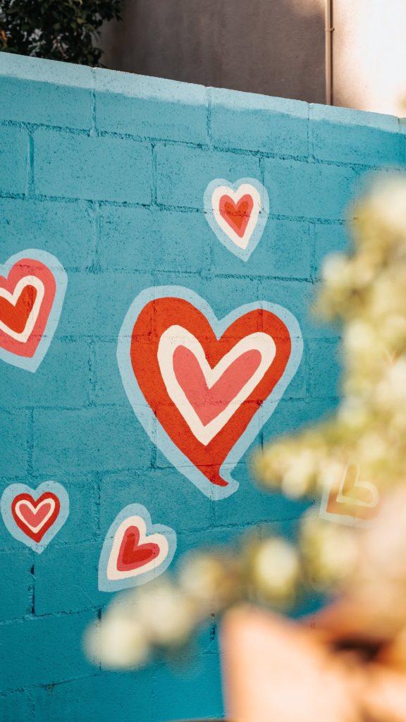 pared con corazones pintados