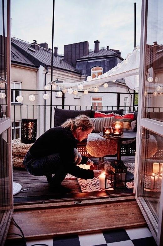 señora en terraza con velas