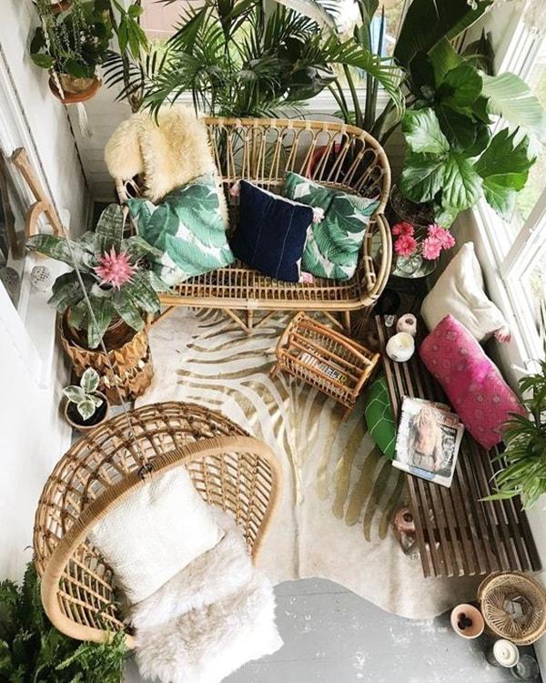terraza decorada con plantas y mimbre