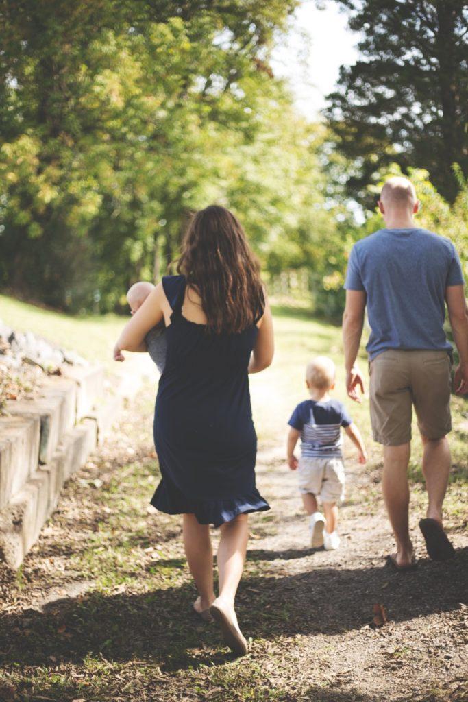 familia andando de espaldas