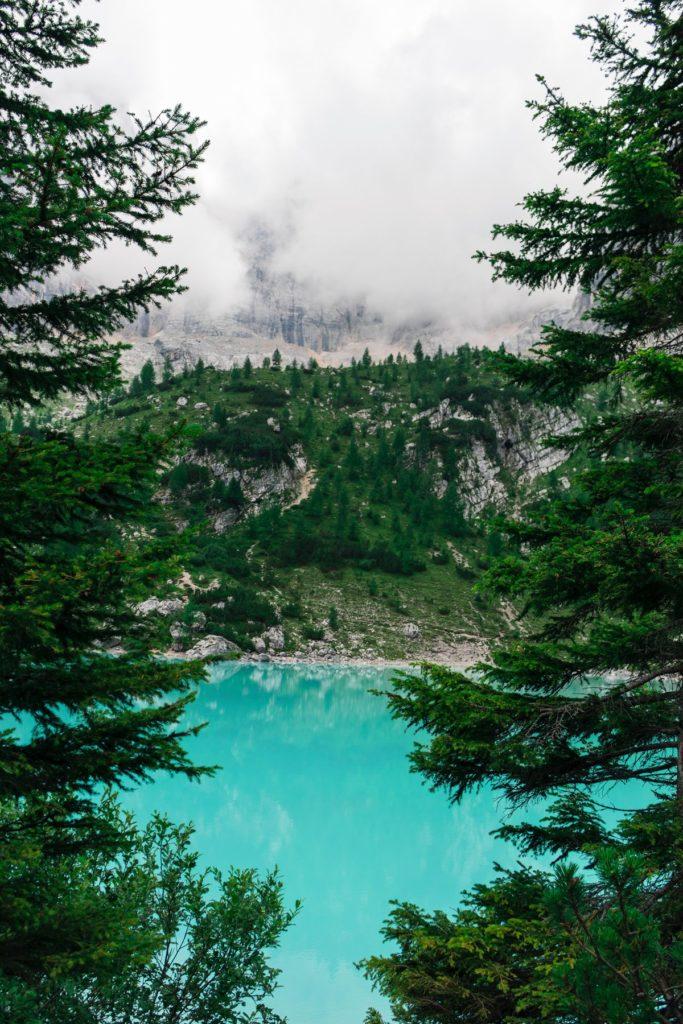 lago y montañas