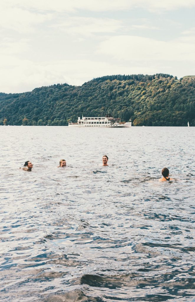 gente bañándose en lago