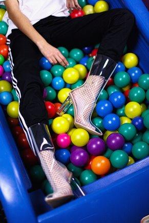Botas y pantalones sobre bolas de plástico