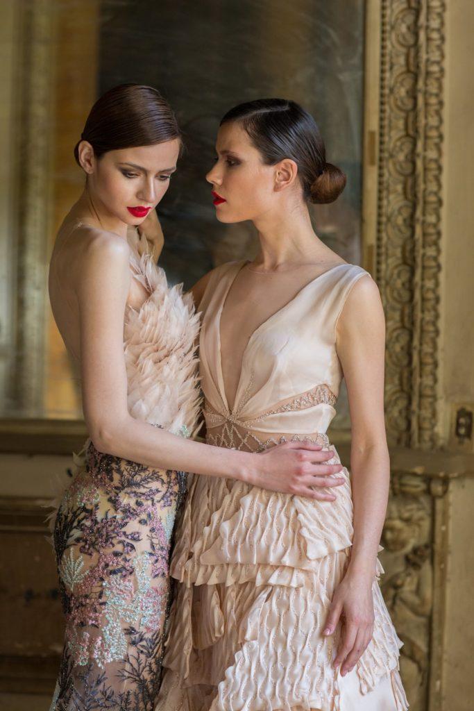 Dos mujeres con estilo propio en traje de noche