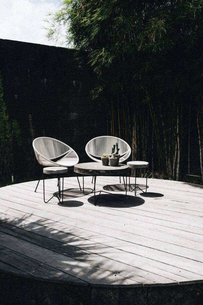 sillas y mesa en un jardín minimalista