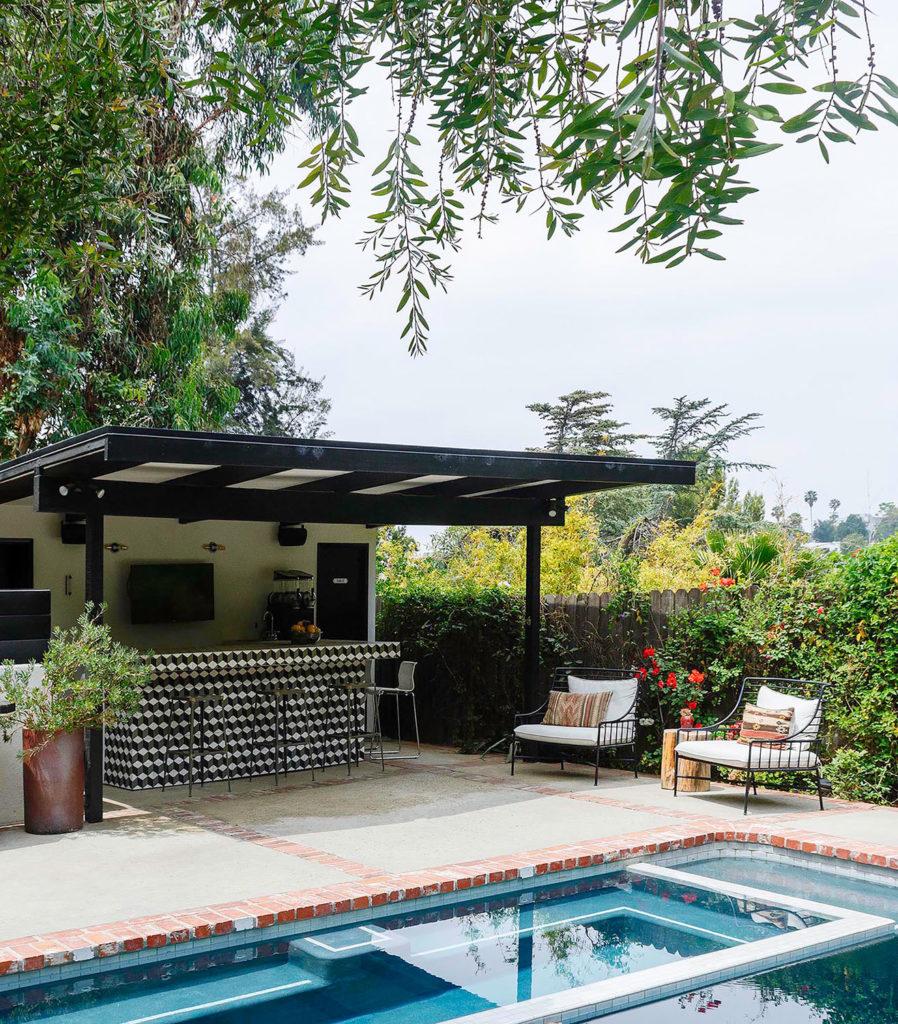 barra y piscina en un jardín