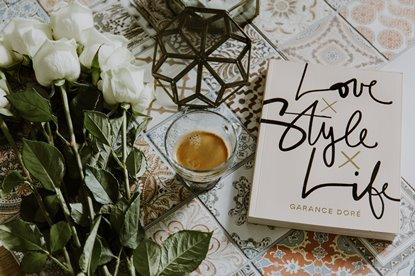 Libro, café y rosas blancas