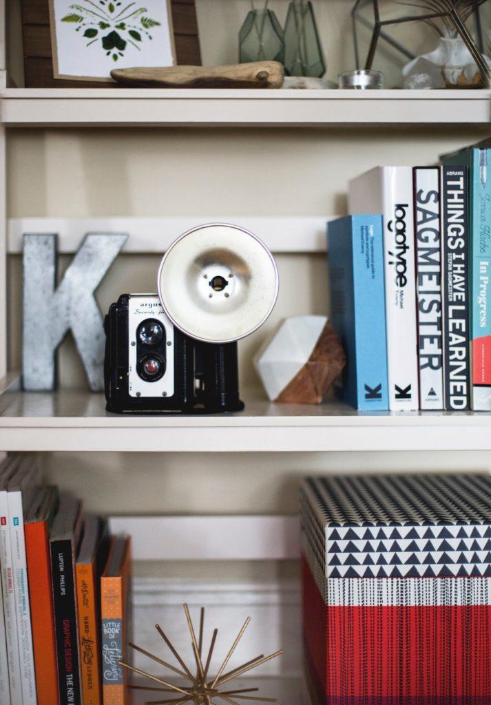 Estantería con libros y adornos