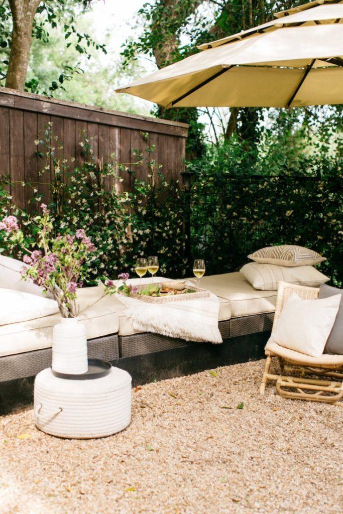 patio con muebles blancos