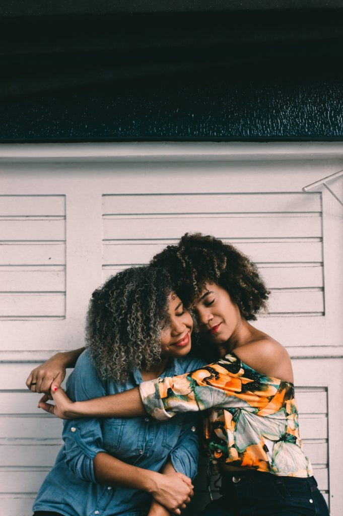 Dos mujeres abrazándose tras pedir disculpas