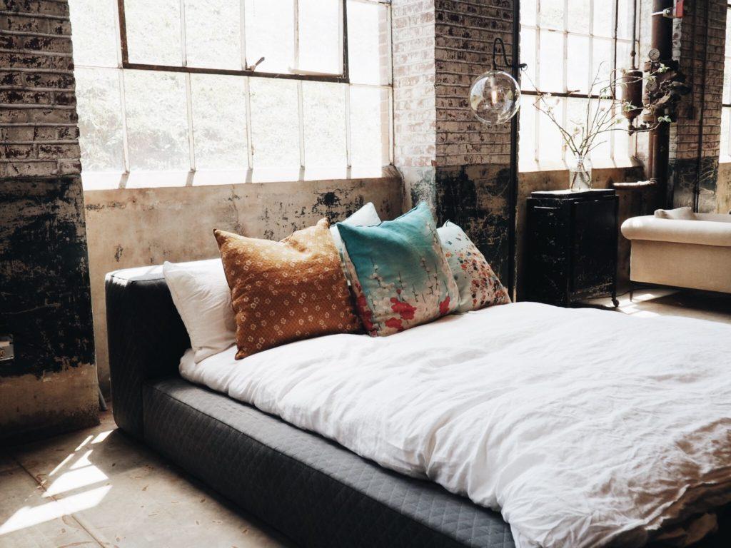 dormitorio sin cortinas unas de las cosas a eliminar del dormitorio