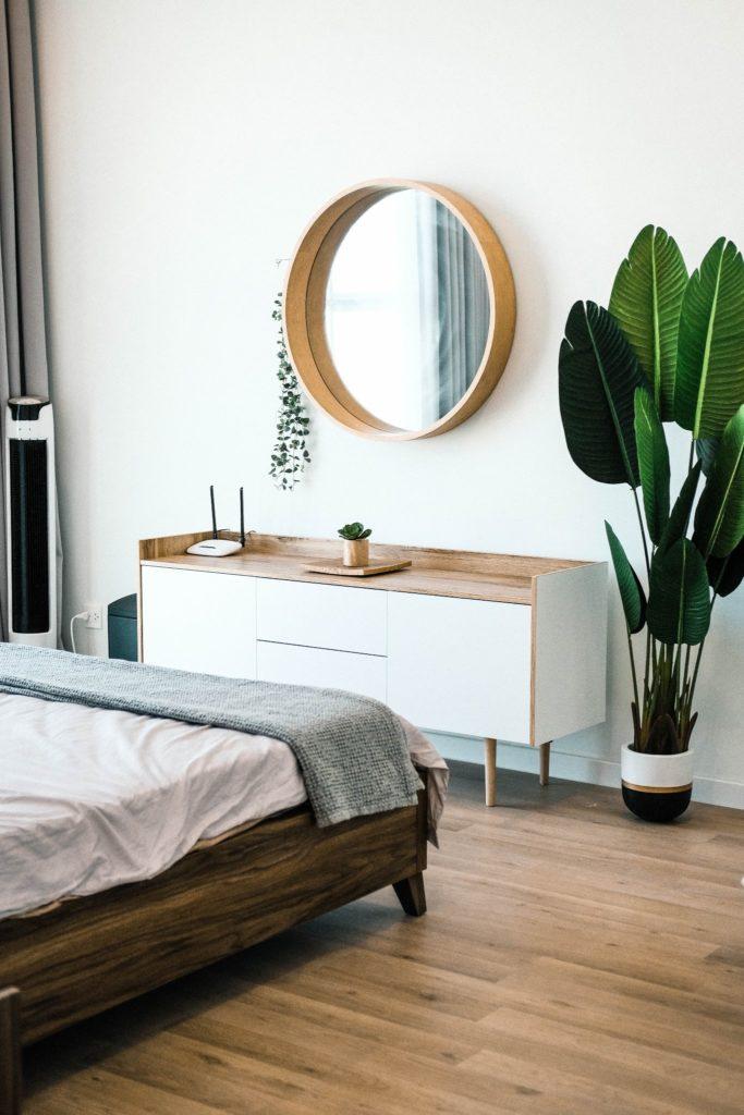 cómoda y planta dos de los elementos clave en la decoración del dormitorio