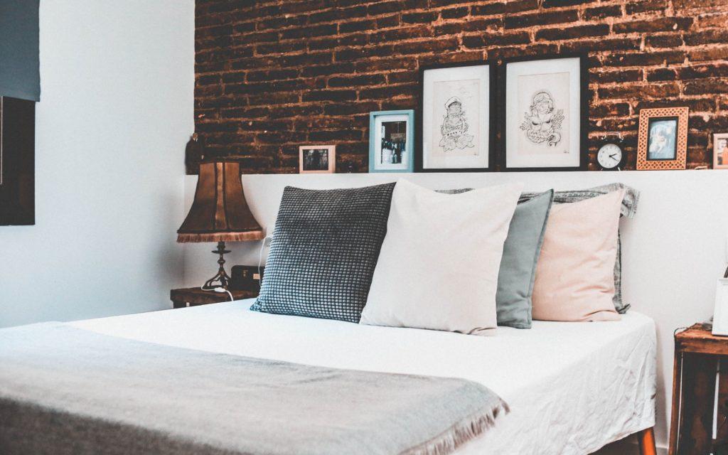 cama con cojines un elemento clave en la decoración del dormitorio