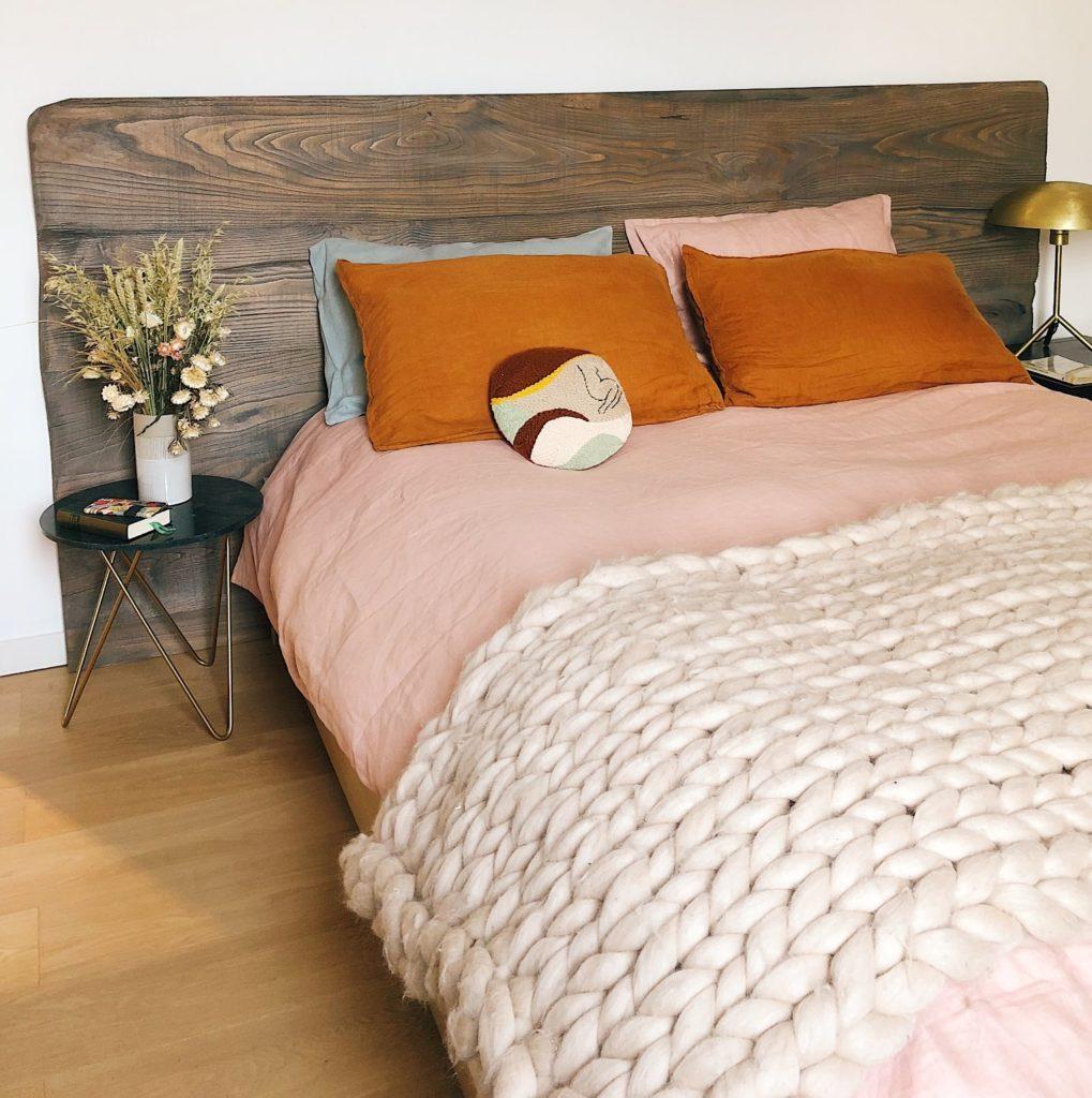 cabecero de madera un elemento clave en la decoración del dormitorio