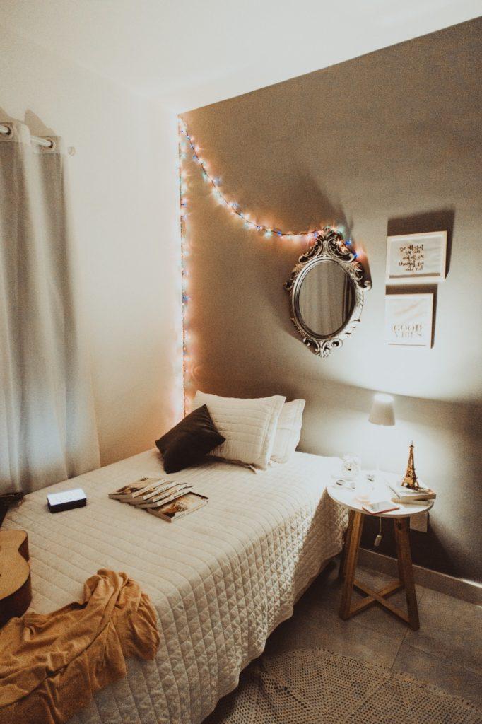 la cama es uno de los elementos clave en la decoración del dormitorio