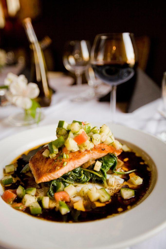 un plato de salmón con verduras ayuda con la rutina nocturna perfecta