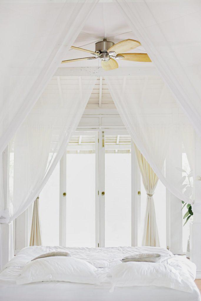 cama blanca ideal para la rutina nocturna perfecta